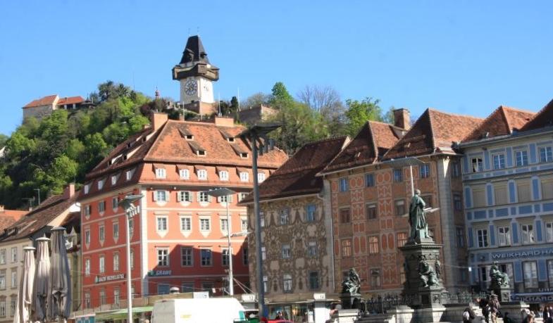 Grazin keskustasta näkyy myös linnavuorella oleva kellotorni.