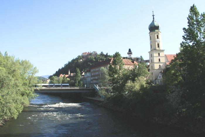 Kaupunkia halkoo Mur-joki, jonka rannalla linnavuorikin kohoaa.