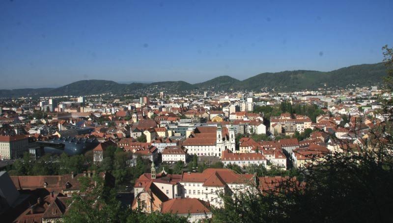 Linnavuorelta näkee kaupungin takana oleville vuorille.