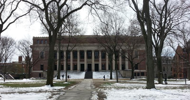 Harvardin henkeä haistelemassa (ei haissut enää veteliläiseltä lannalta).
